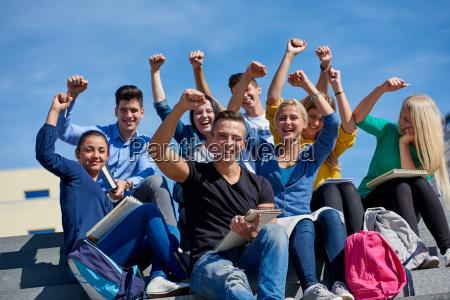 estudantes fora sentado em etapas