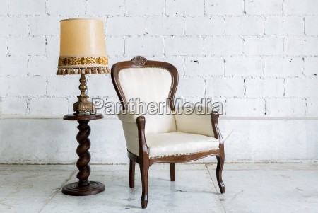 cadeira retro branca com lampada