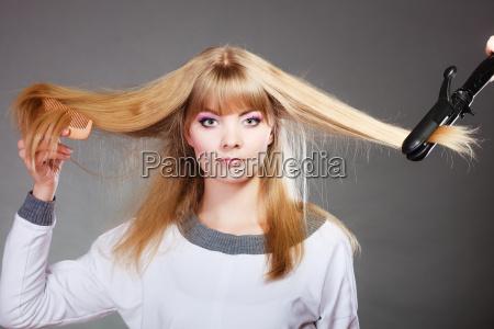mulher que faz o penteado com