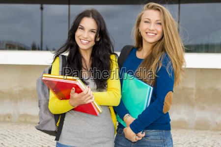 estudantes bonitos e felizes