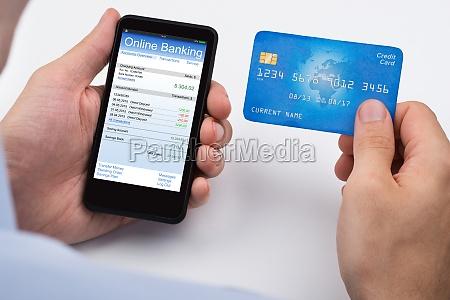 pessoa com cartao de credito e