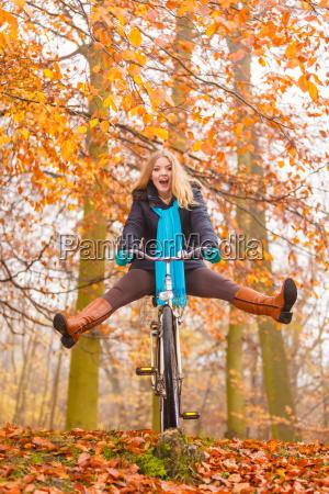 mulher ativa que tem a bicicleta