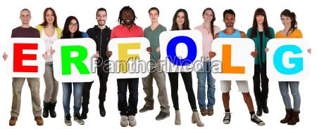 grupo de jovens segurar pessoas multiculturais