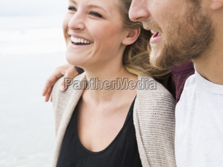 close up de um homem sorridente