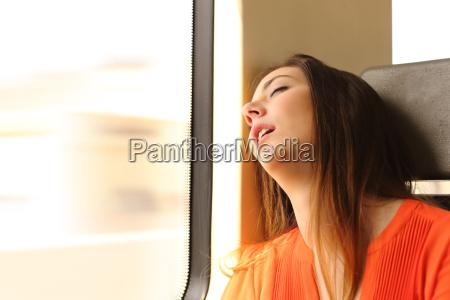 viajante que dorme em um curso