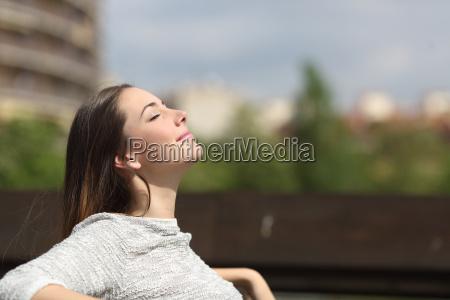 mulher urbana respirar ar fresco profunda