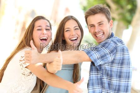 tres adolescentes felizes que riem com