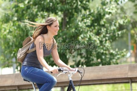 mulher ciclista andando de bicicleta em