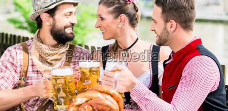 pessoas com cerveja e pretzel no