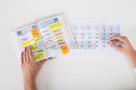 mao pessoa data em agenda calendario