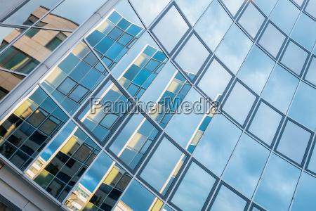 edificio com fachada de vidro