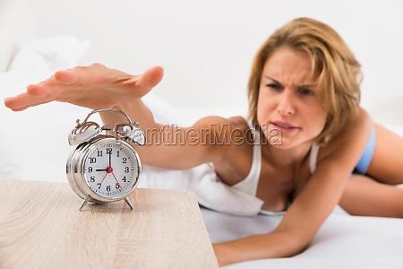 mulher cama relogio data sono adormecido