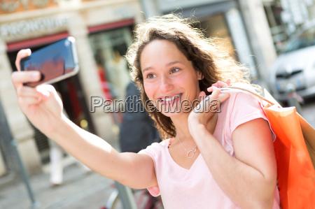 jovem atraente que leva selfie enquanto
