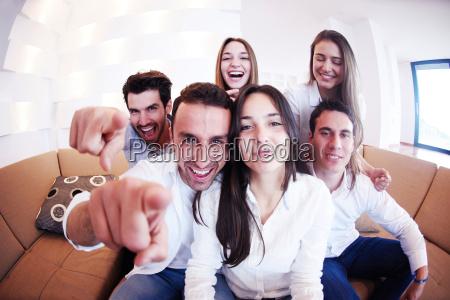 grupo de amigos que tomam o