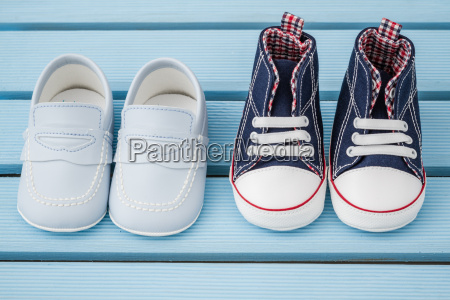 pares de azul escuro de sapatilhas