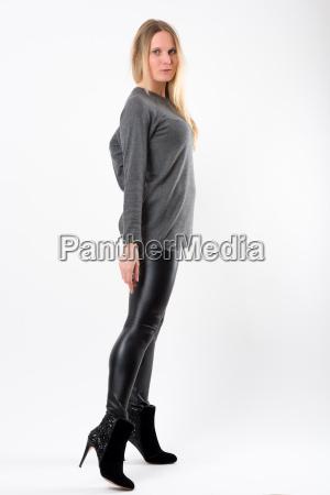 mulher loura da forma nas calcas
