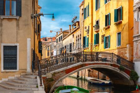 canal lateral colorido e ponte em