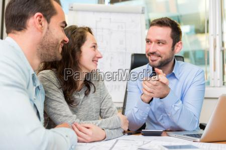 atraente pessoas novas que encontram agente