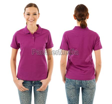 mulher feliz com a camisa de