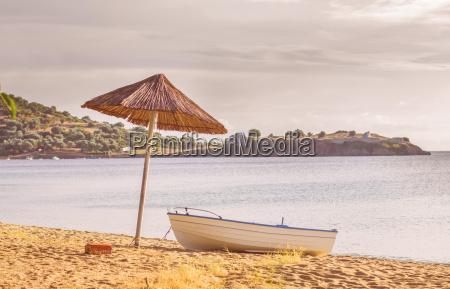 barco de pesca na praia arenosa