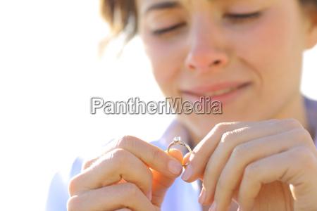namorada triste olhando seu anel de