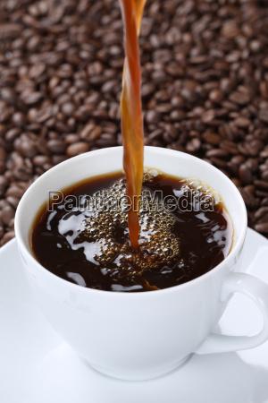 cafe quente que derrama no copo