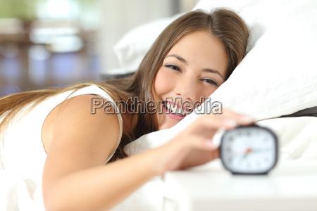 mulher feliz que acorda tendo um