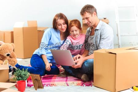 a familia feliz durante o reparo