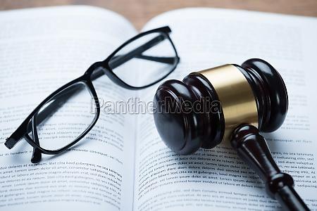 mallet e eyeglasses no livro legal