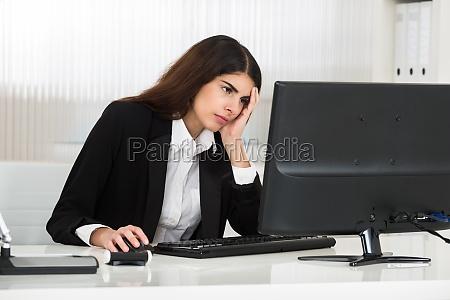 mulher de negocios nova forcada que