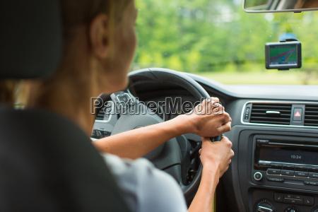 mulher nova que conduz seu carro