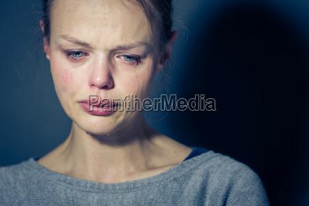 mulher nova que sofre da depressao