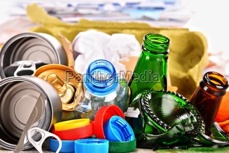 lixo reciclavel composto de vidro plastico