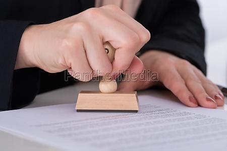 businessperson usando stamper no documento