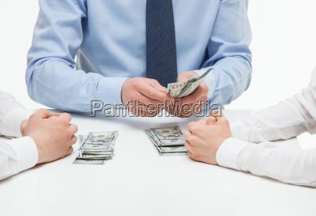 chefe dividindo dinheiro entre colaboradores