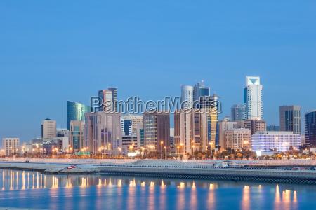 skyline de manama na noite bahrein