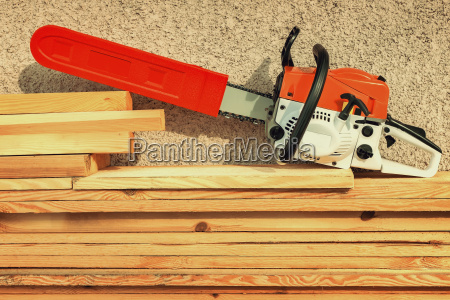 motosserra e madeira