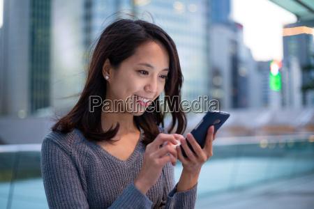 do uso da mulher de telefone