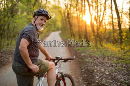 senior mand pa hans mountainbike udendors