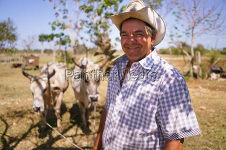 retrato feliz homem agricultor no trabalho