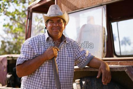 retrato feliz homem agricultor inclinando se