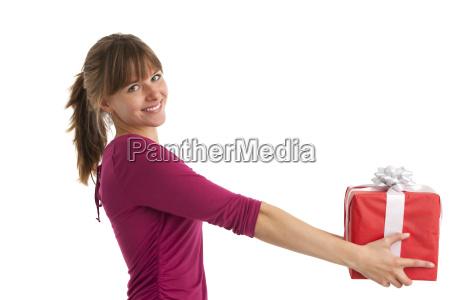 mulher nova com um presente