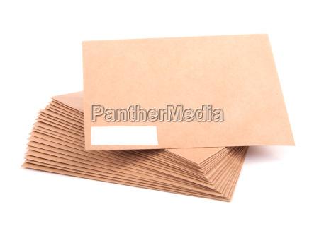envelopes em branco isolados no fundo