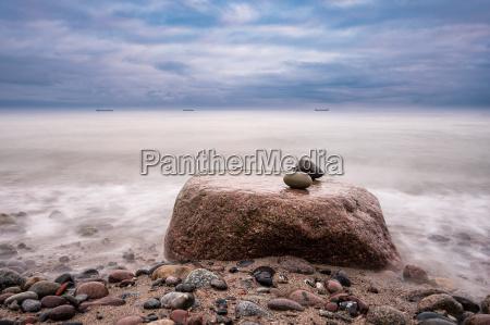 pedras na costa do mar baltico