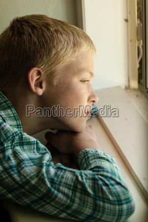 azul dentro janela masculino face triste