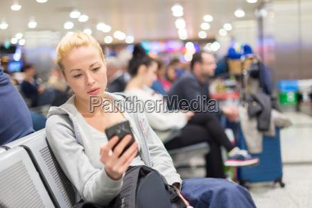 viajante femea que usa o telefone