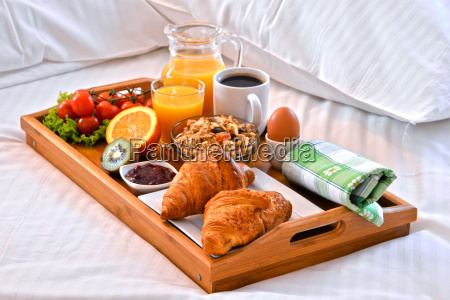 alimento cama hotel refeicao bandeja cafe