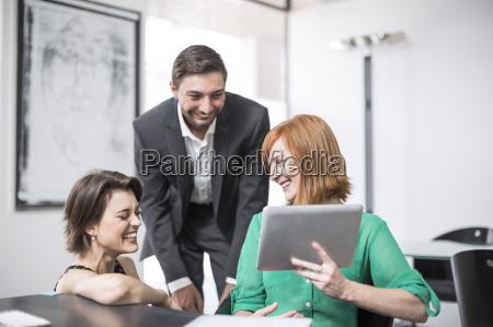mulher de negocios que mostra a