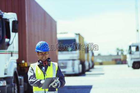 trabalhador que usa tablet digital perto