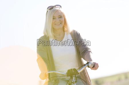 portret usmiechniety starszy kobieta jazda na